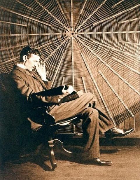 Tesla s knjigom Ruđera Boškovića